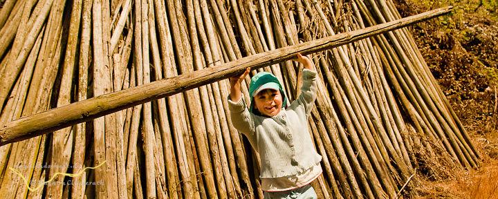 Wandern Kind stemmt Weinbergspfahl